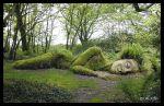 """Escultura de Susan Hill, """"Doncella de barro"""" en un camino arbolado en los jardines perdidos de Heligan (foto propiedad de Lee Jones)"""