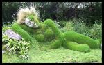 "Escultura de Susan Hill, Estupenda ""doncella de barro"" cubierta de musgo (Inglaterra)"