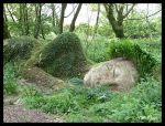 """Escultura de Susan Hill, """"Doncella de barro"""" durmiendo en los jardines perdidos de Heligan"""
